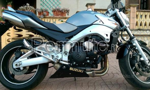 Scambio Suzuki gsr 600 del 2006 a € 2400 eventualmente valuto scambio con smart for two